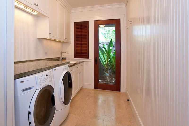 Laundry room in Kailua Beach House