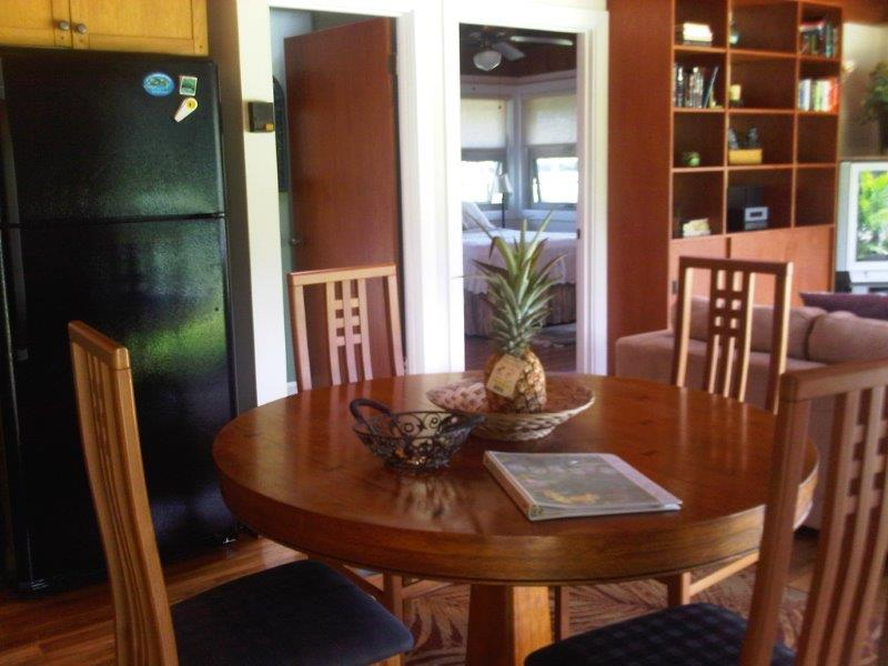 Kailua Palms Guest House dining for four