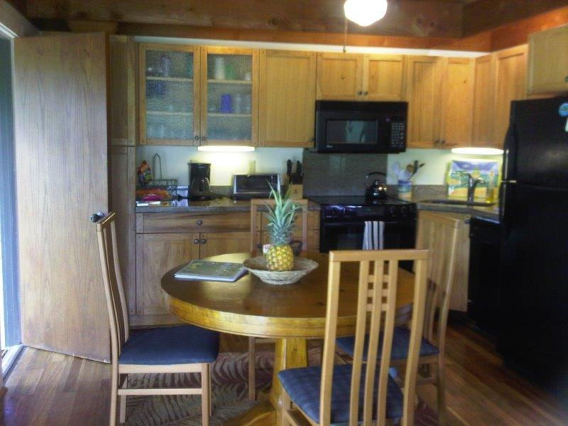 Kailua Palms Guest House with full kitchen and dining area